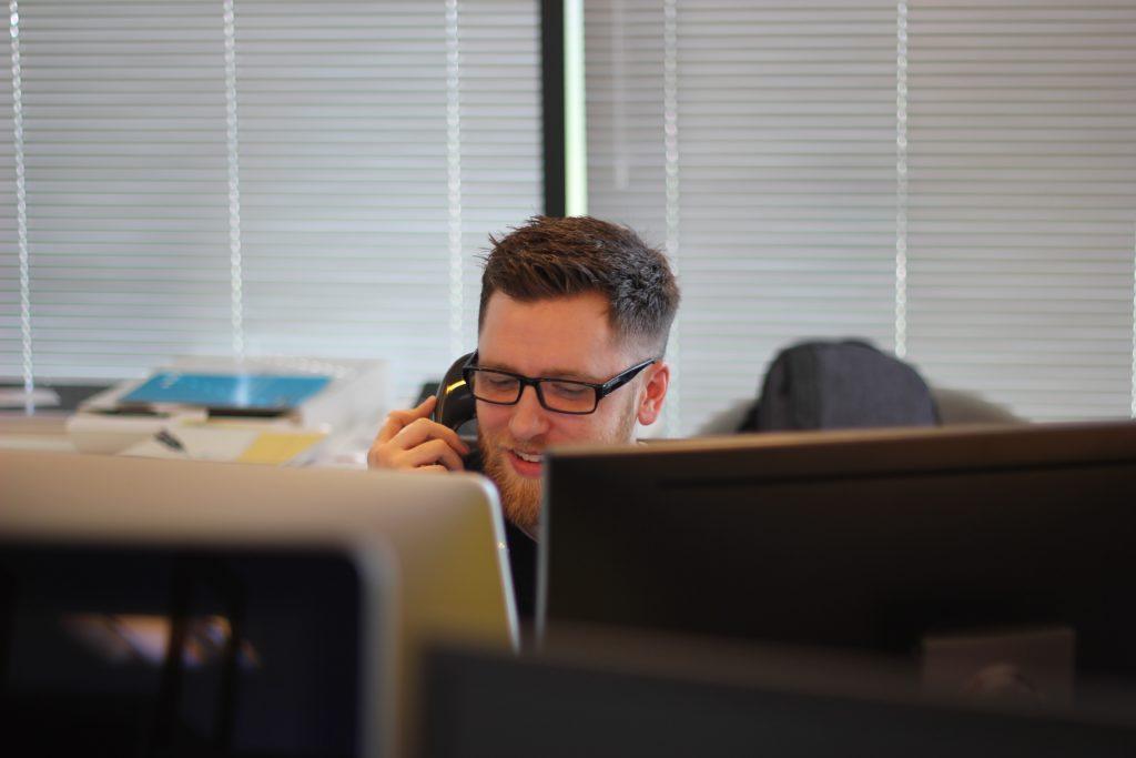 Mann mit IP-Telefon im Raum