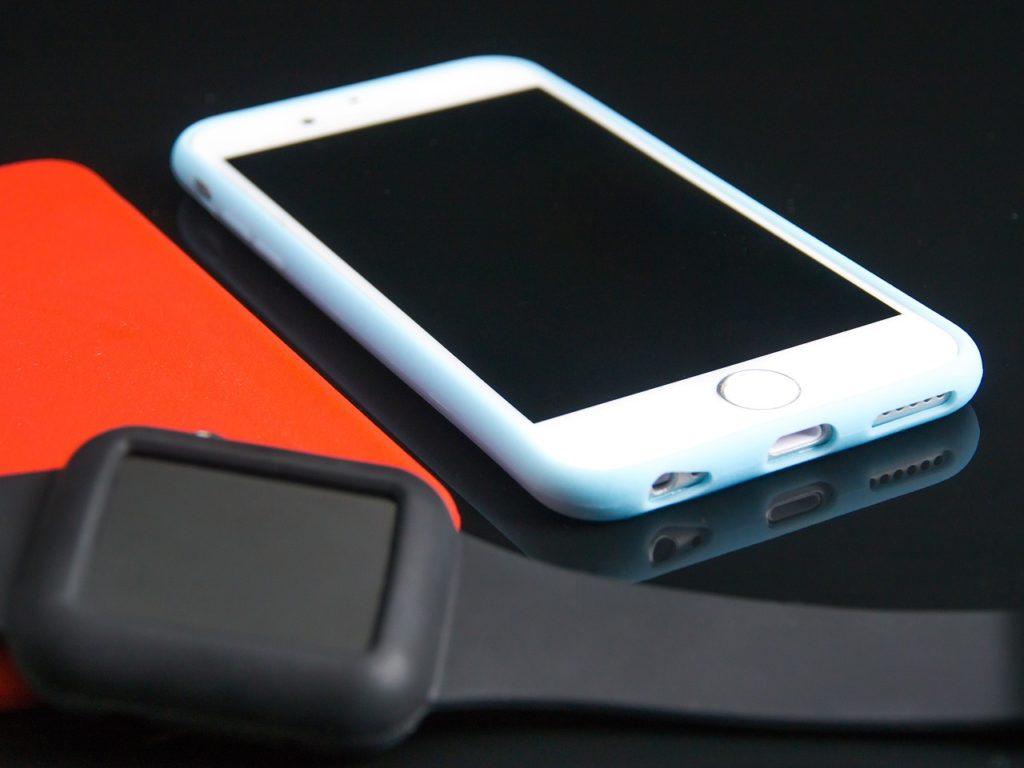 eine Smartwatch und ein Telefon