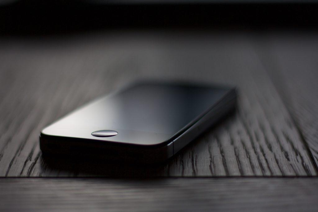Flachfokus-Fotografie von raumgrauen iPhone 5s