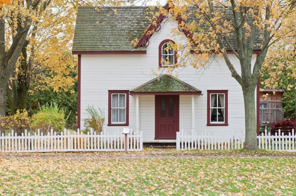 weißes Haus unter Ahornbäumen
