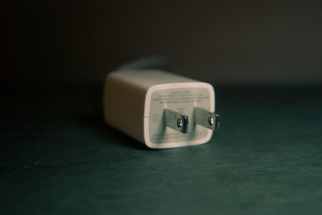Flachfokusaufnahme des weißen Reiseadapters